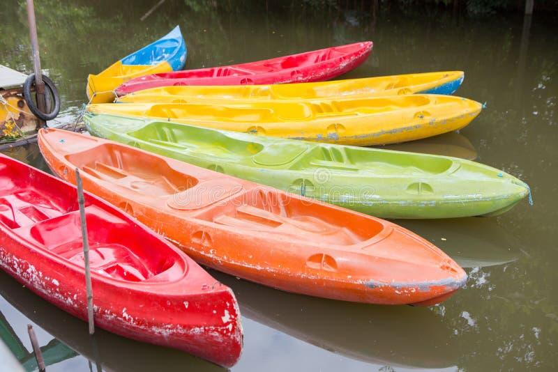 Красочный пластичный каяк стоковые изображения rf