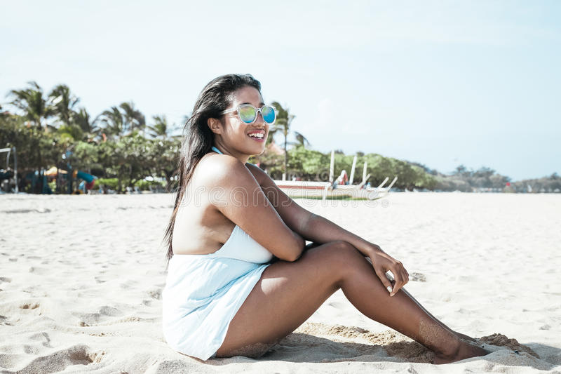 Красочный портрет молодой привлекательной азиатской женщины в сексуальном белом платье на тропическом пляже острова Бали, Индонез стоковые фото