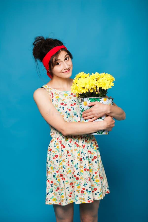 Красочный портрет молодой смешной девушки представляя на голубой стене стоковое фото rf