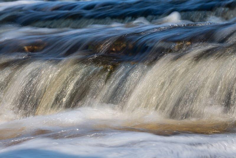 Красочный поток воды в заводи Kurulur в Yakutia, России стоковые фотографии rf