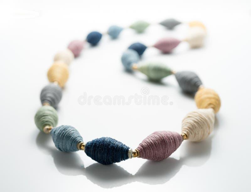 Красочный поток отбортовывает ожерелье для женщины стоковые фото