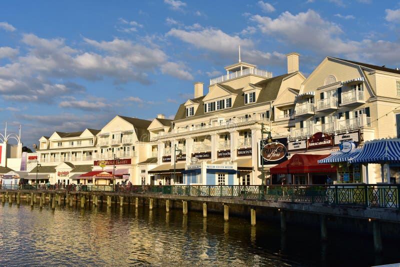 Красочный променадов столетия в таких прибрежных городах как Атлантик-Сити на области Buena Vista озера стоковое изображение