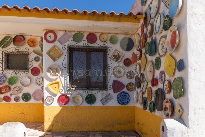Красочный плит покрашенных рукой покрывает внешнюю стену, Португалию стоковая фотография rf