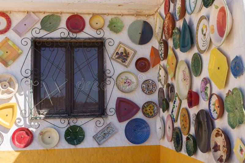 Красочный плит покрашенных рукой покрывает внешнюю стену, Португалию стоковые фотографии rf