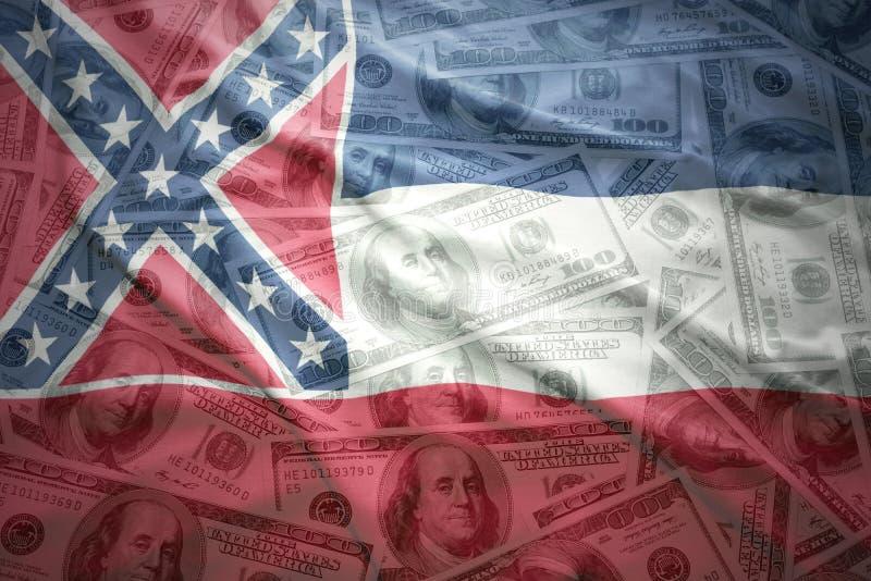 Красочный развевая национальный флаг Миссиссипи на американской предпосылке денег доллара стоковые фотографии rf