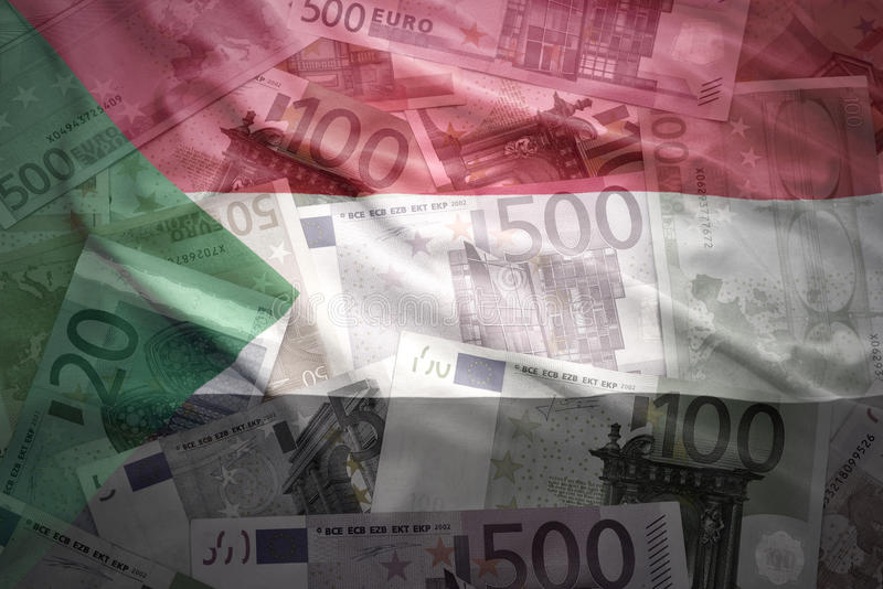 Красочный развевая суданский флаг на предпосылке евро стоковая фотография