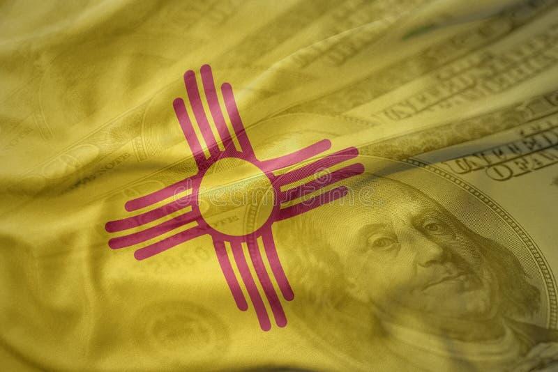 Красочный развевая флаг положения Неш-Мексико на американской предпосылке денег доллара стоковое изображение rf
