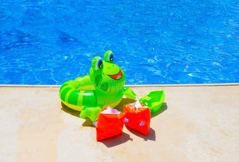 Красочный раздувной шарик около бассейна стоковые фотографии rf