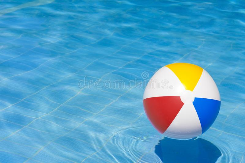 Красочный раздувной шарик плавая в бассейн стоковое фото