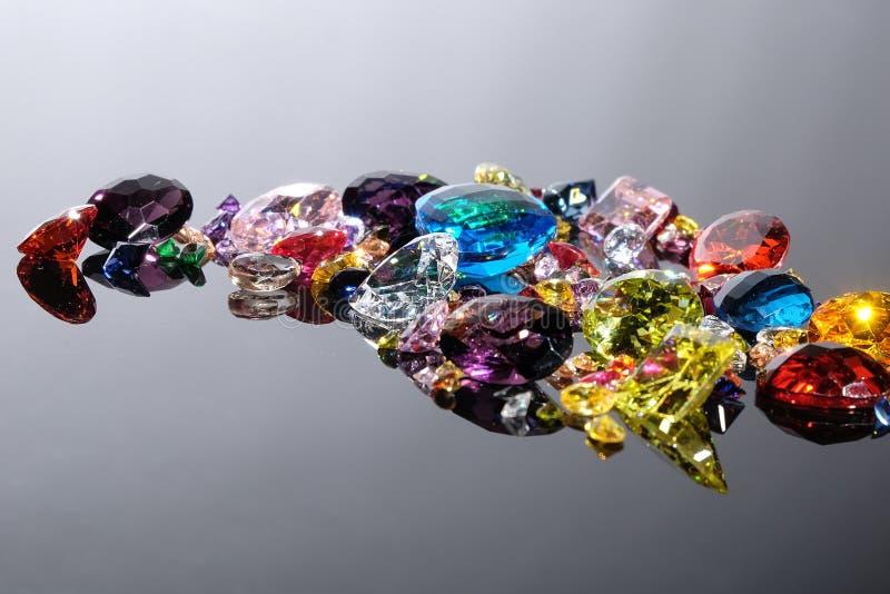 Красочный различных драгоценных камней с космосом для текста на задней части серого цвета стоковые изображения rf
