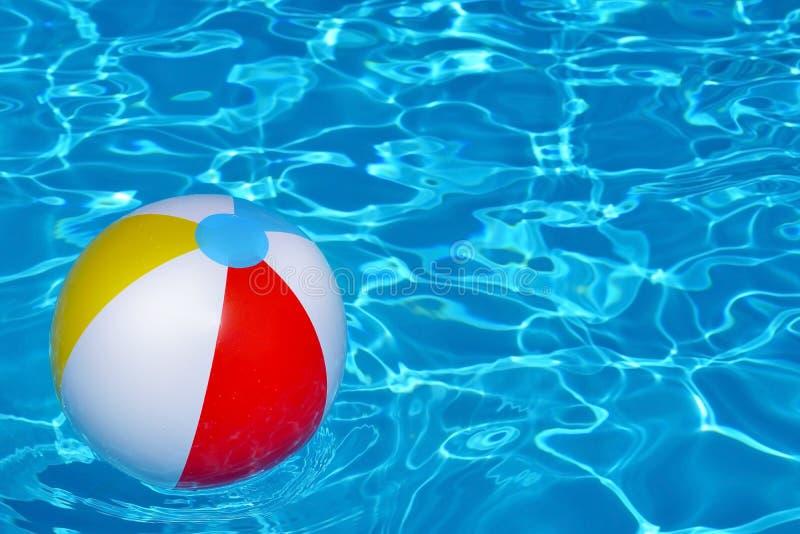 Красочный раздувной шарик плавая в бассейн стоковая фотография rf