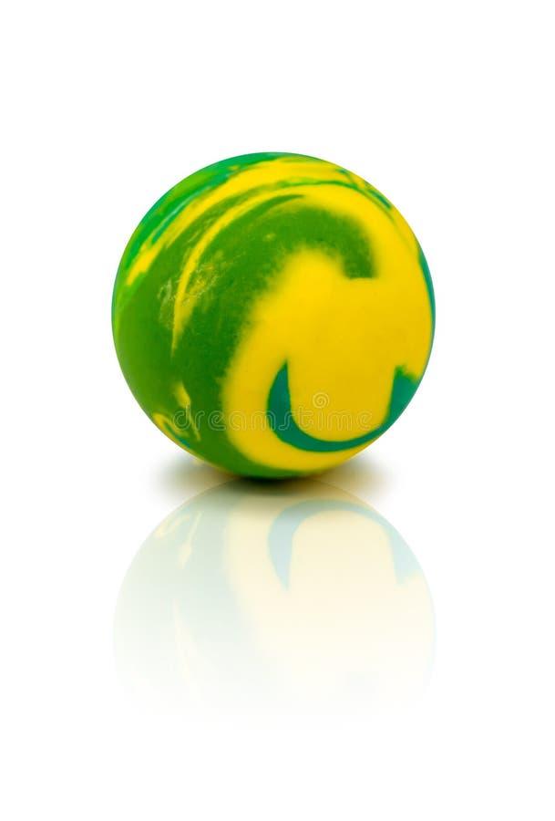 Красочный резиновый мраморный шарик изолированный на белизне стоковое фото