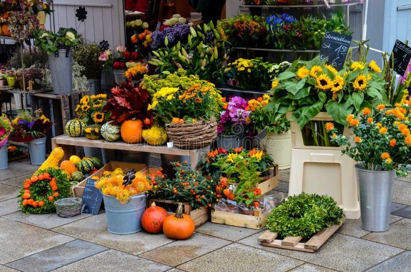 Красочный рынок в Регенсбурге, Германии стоковая фотография rf