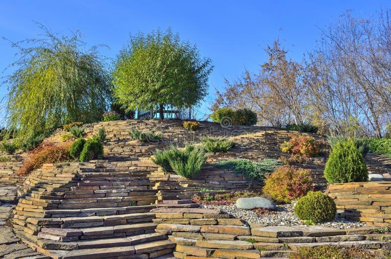 Красочный сад rockery осени на ярком солнечном дне стоковая фотография rf