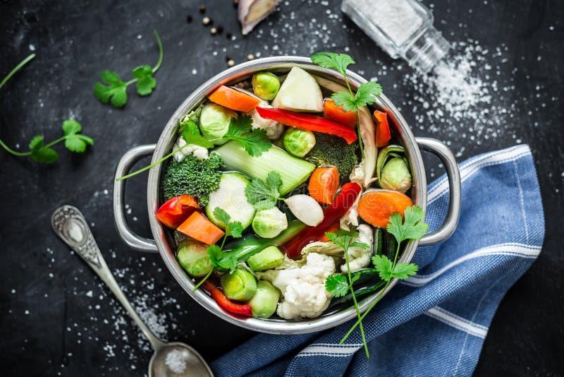 Красочный свежий ясный суп весны - вегетарианский запас стоковая фотография rf
