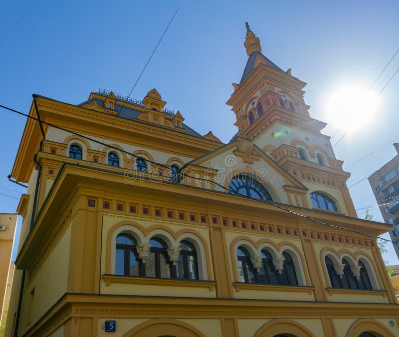 Красочный современный строя фасад с красным и желтым цветом стен Конец минималистского дома внешний вверх по вертикальному взгляд стоковые фото