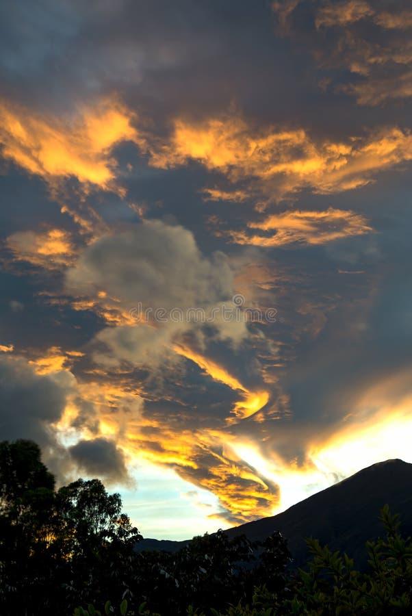 Красочный спуск над горами стоковые изображения