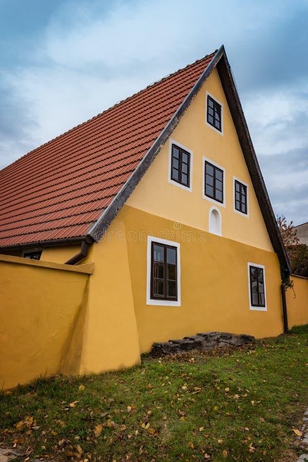 Красочный старый дом Анабаптиста в Velke Levare Словакии стоковая фотография