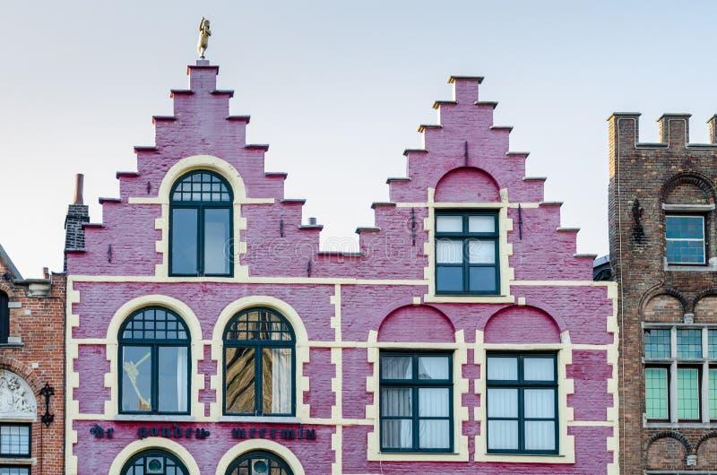 Красочный старый дом кирпича на квадрате Grote Markt в Брюгге стоковые изображения rf