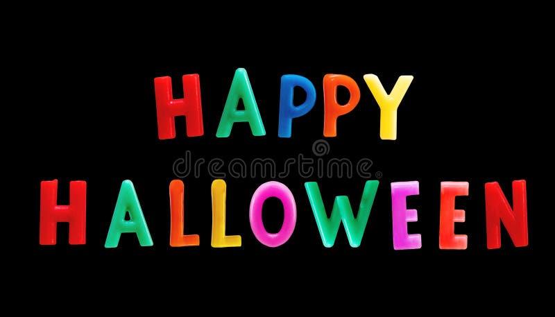 Красочный счастливый текст хеллоуина, изолированный на черной предпосылке Включенный путь клиппирования стоковые изображения rf