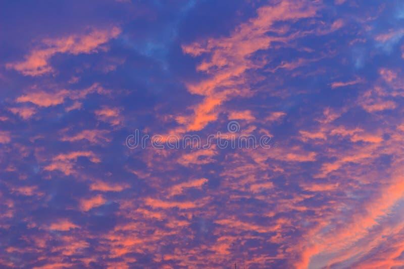 Красочный с красной, апельсином и голубым драматическим небом на облаках fo стоковые изображения
