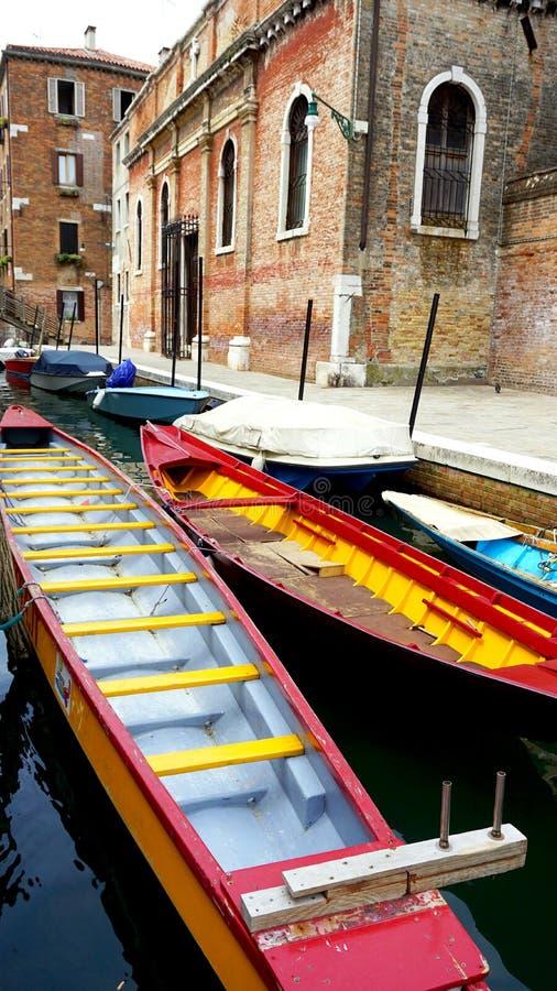 Красочный транспорт шлюпок с старинным зданием стоковая фотография