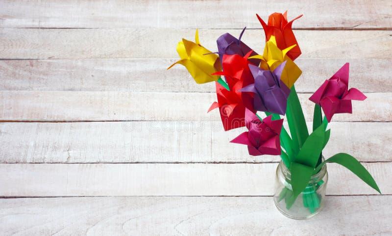 Красочный тюльпан origami цветет букет в стеклянной вазе стоковые фотографии rf