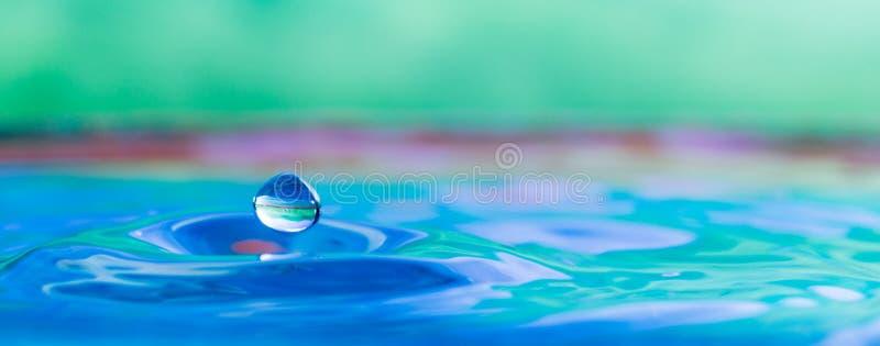 Красочный фотоснимок выплеска капельки воды стоковое фото