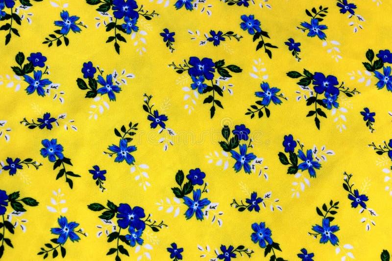 Красочный цветочный узор в желтой предпосылке на безшовной ткани стоковое фото