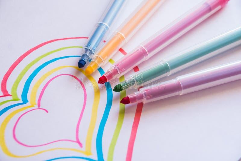 Красочный чертеж сердца с ручками отметки Символ влюбленности, заботы сердца жизнь принципиальной схемы здоровая Карточка подарка стоковое изображение