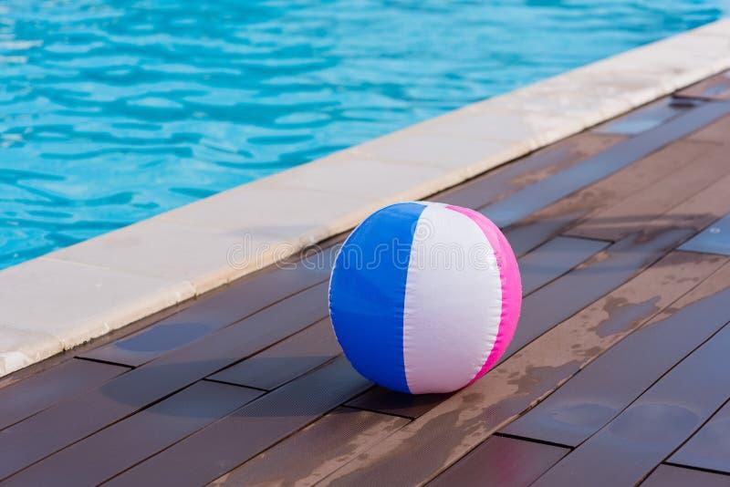 Красочный шарик в зоне бассейна стоковые фотографии rf