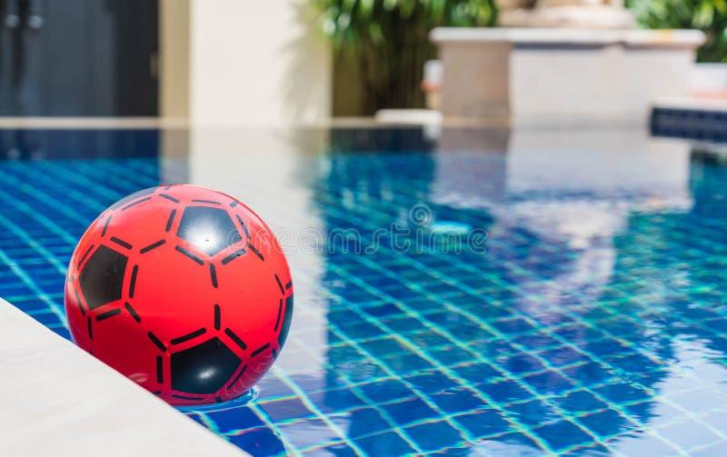 красочный шарик плавая в бассейн стоковое фото