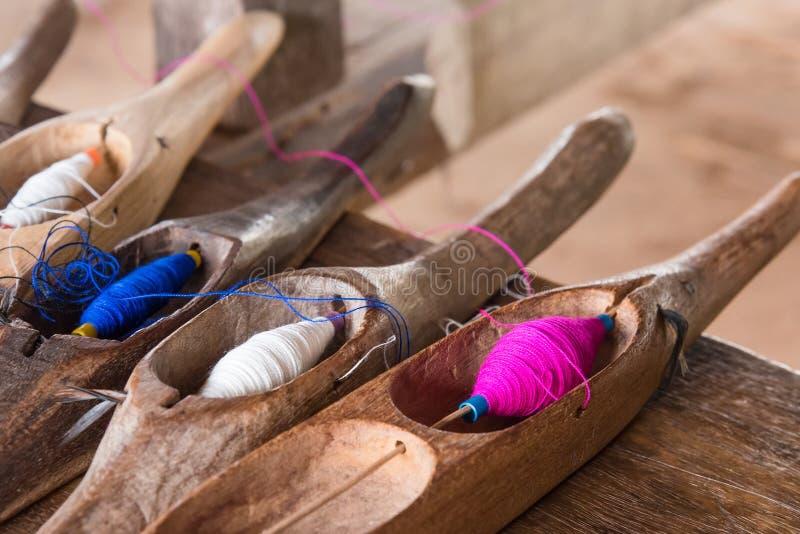 Красочный шить поток в деревянной трубке стоковое фото rf