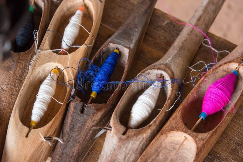 Красочный шить поток в деревянной трубке стоковые изображения rf