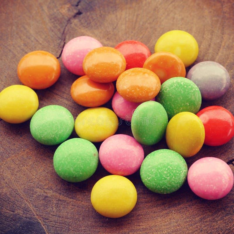 Красочный шоколад - покрытый год сбора винограда конфеты старый ретро стоковая фотография