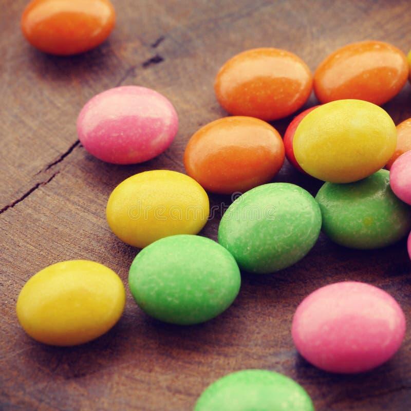 Красочный шоколад - покрытый год сбора винограда конфеты старый ретро стоковая фотография rf