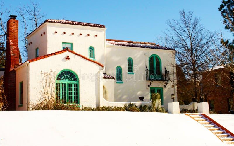 Красочный югозападный дом на холме в снеге при шаги водя до его стоковая фотография
