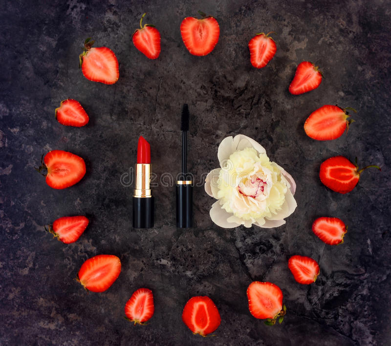 Красочный яркий состав составляет аксессуары, клубники и цветок пиона Плоское положение, взгляд сверху стоковые фотографии rf
