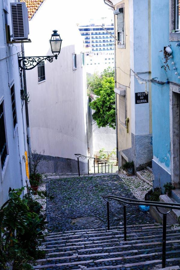 Красочный Cobblestoned переулок в Alfama стоковые изображения rf