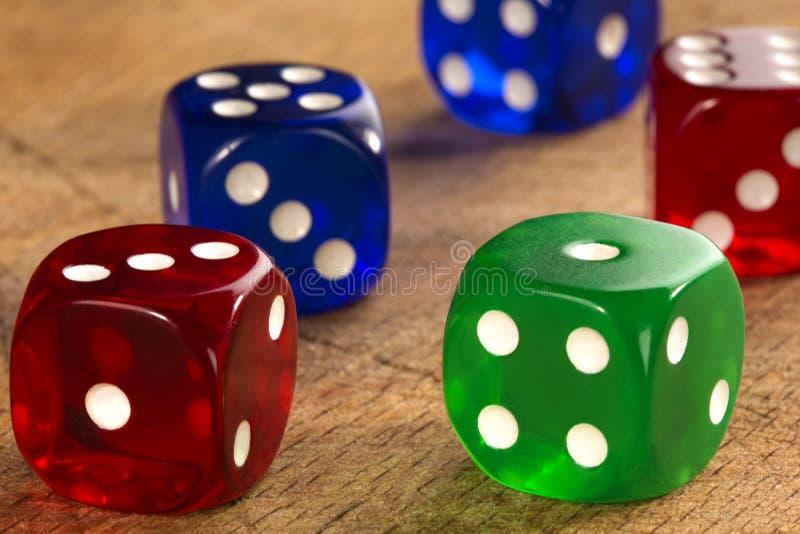 Красочный dices предпосылка на древесине стоковые фотографии rf