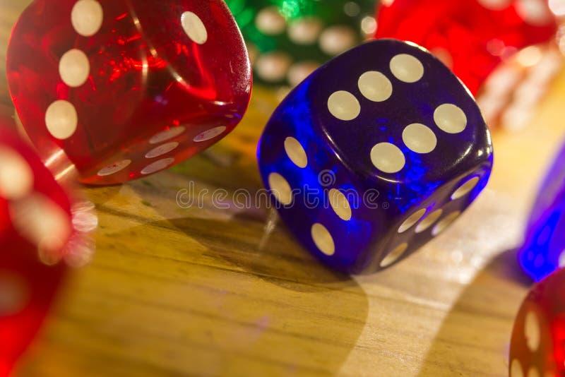 Красочный dices предпосылка на древесине стоковое фото rf