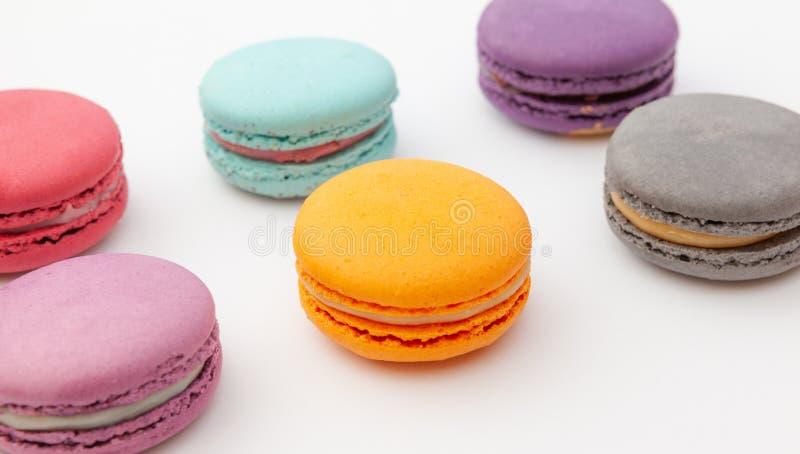 Красочный macaroon на белой поверхности Французские печенья как обслуживание на праздник стоковое изображение