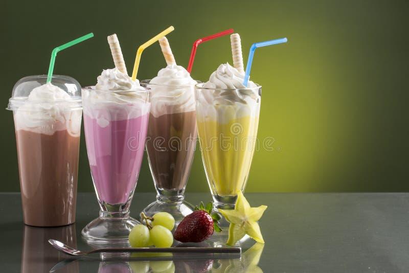 Красочный milkshake лета на яркой предпосылке с плодоовощами стоковая фотография rf