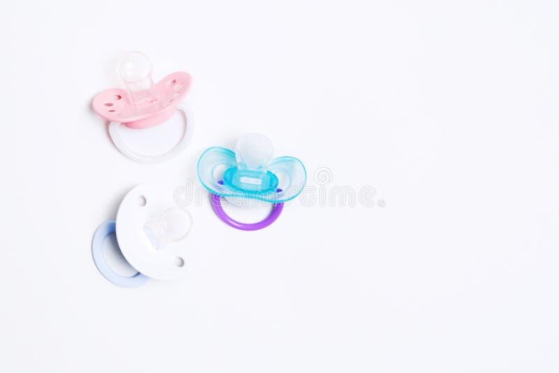 Красочный pacifier силикона младенца 3 с держателем на белой предпосылке r r Ортодонтический манекен для младенца стоковые изображения