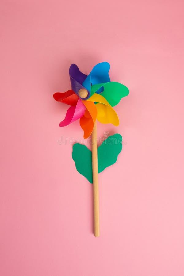 Красочный Pinwheel на пинке стоковая фотография rf