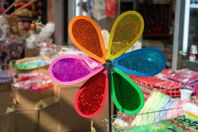 Красочный pinwheel на продаже во взгляде стоковое изображение