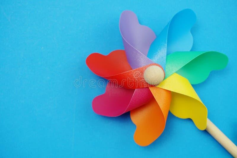 Красочный pinwheel с экземпляром космоса изолированным на голубой предпосылке стоковые фотографии rf