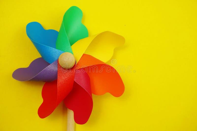 Красочный pinwheel с экземпляром космоса изолированным на желтой предпосылке стоковая фотография