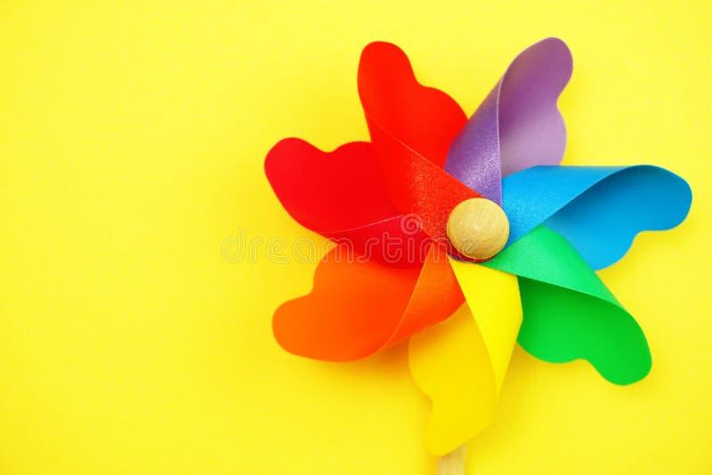 Красочный pinwheel с экземпляром космоса изолированным на желтой предпосылке стоковое изображение rf