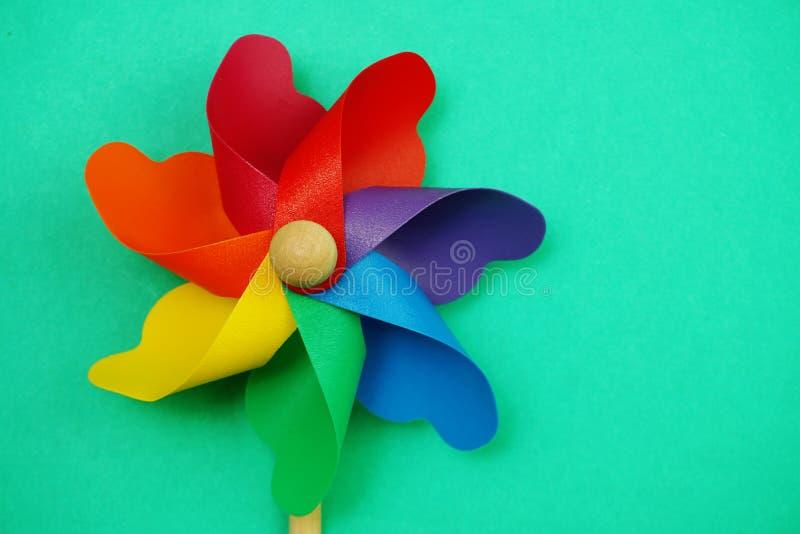 Красочный pinwheel с экземпляром космоса изолированным на зеленой предпосылке стоковые изображения rf